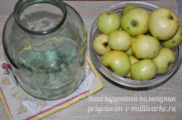 чистая банка с яблоками