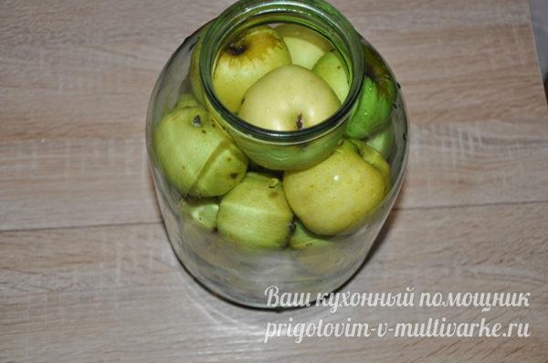 наполняем банку яблоками