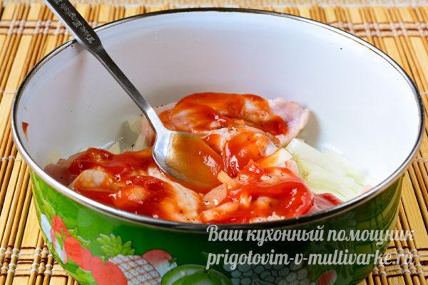 добавляем томатный соус