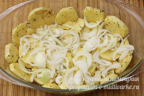 укладываем картошку с луком