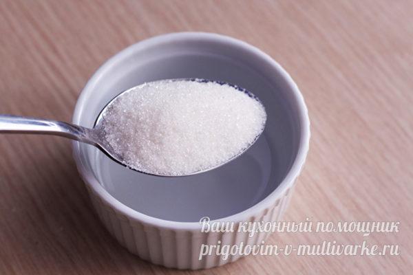 сыпем сахар в миску