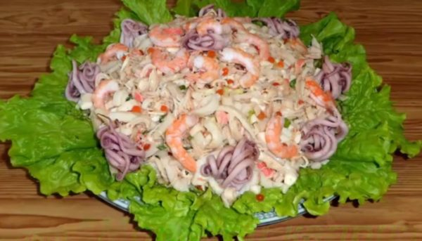 Салат для новогоднего стола из морепродуктов «Морской каприз»