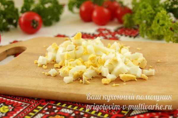 нарезаем вареные яйца