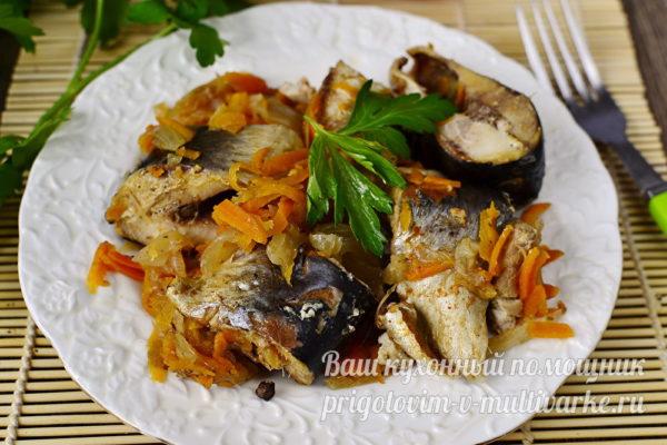 тушеная рыба с луком и морковью