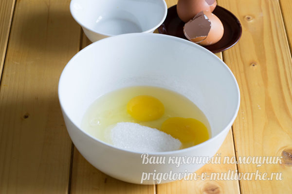 яйца и сахар в миске