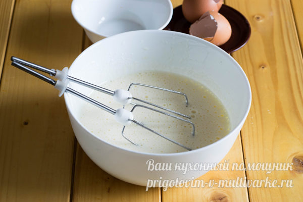 взбиваем яйца и сахар