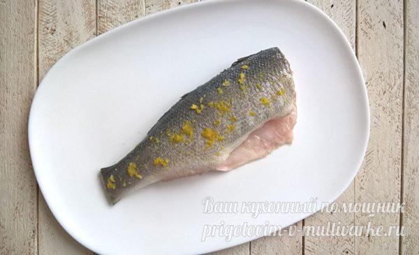 натираем солью и цедрой рыбу