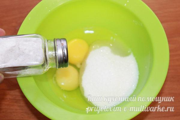 смешиваем сырые яйца и сахар