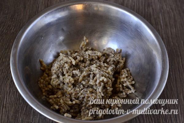 измельчаем грибы с луком