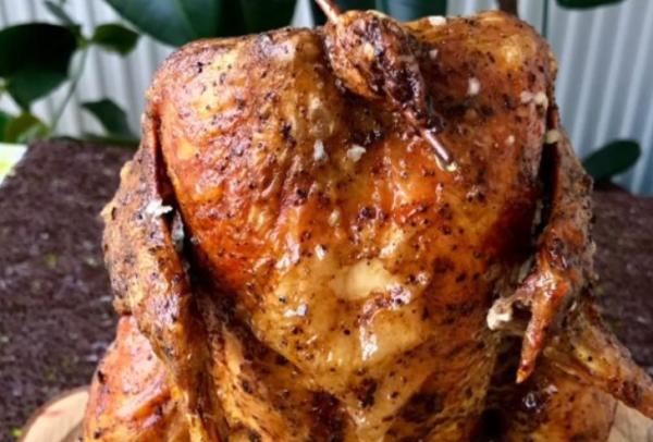Курица, запеченная целиком на банке