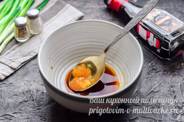 смешать соевый соус и мед