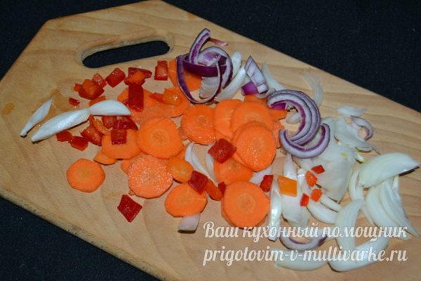 нарезать лук, морковь, перец