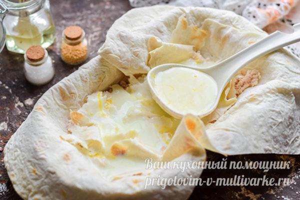залить смесью кефира и яйца