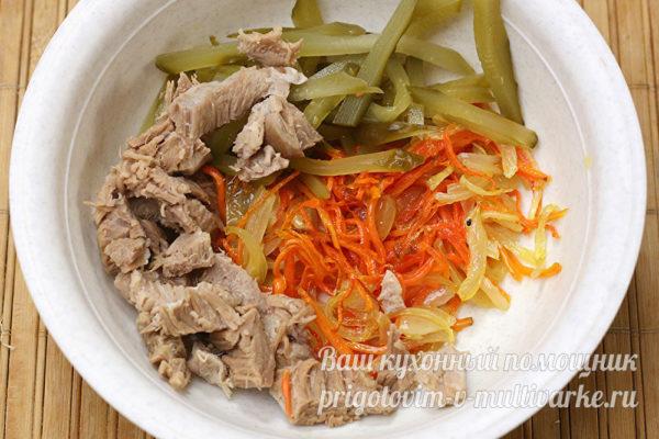 лук с морковью добавить к мясу и огурцам