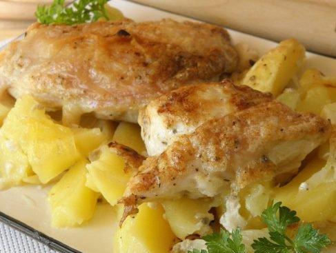 Курица с картошкой в духовке под соусом