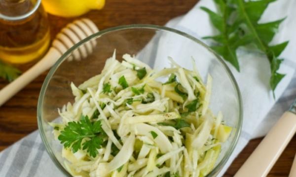 Салат из одуванчиков с капустой и яблоком