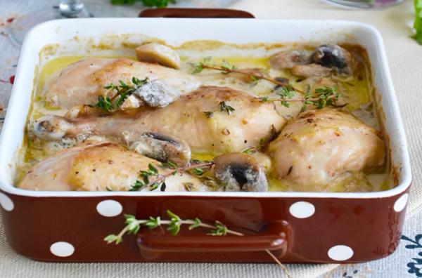 Курица в духовке под соусом с грибами