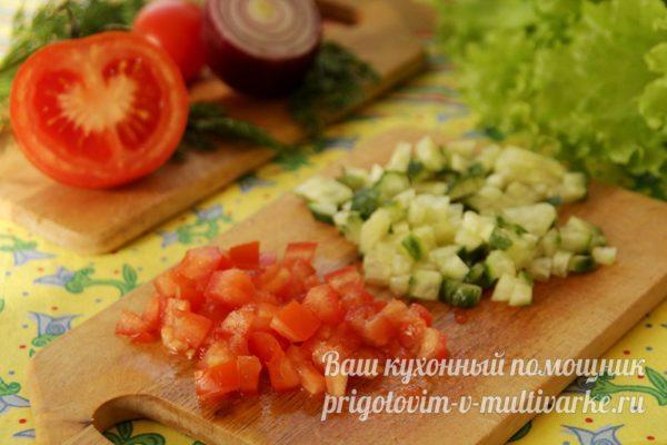 нарезать помидоры и огурец