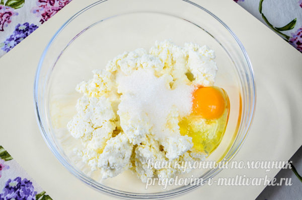 добавить сахар, яйцо и ванилин