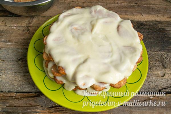 смазать кремом торт