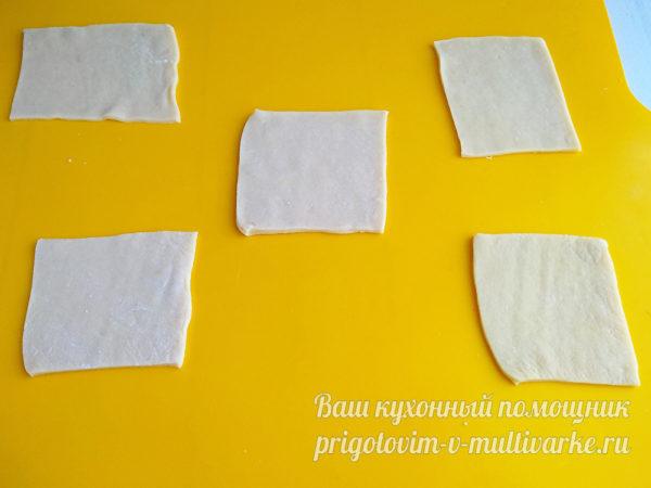 порезать тесто на кусочки