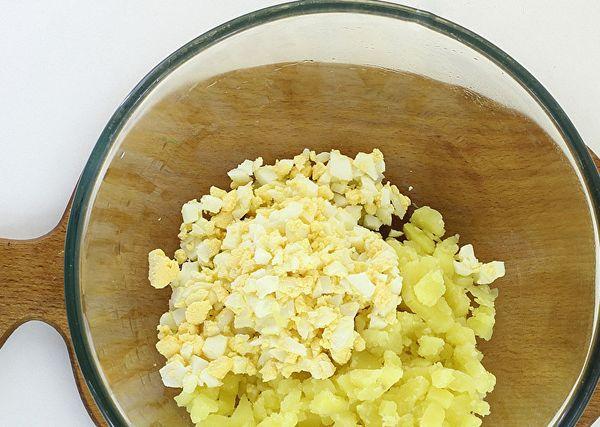 измельчить картофель и яйца