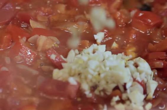 добавьте чеснок в соус