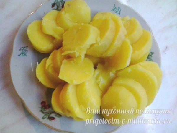 нарежьте вареный картофель