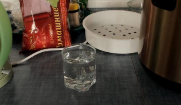 воду добавляют в мультиварку