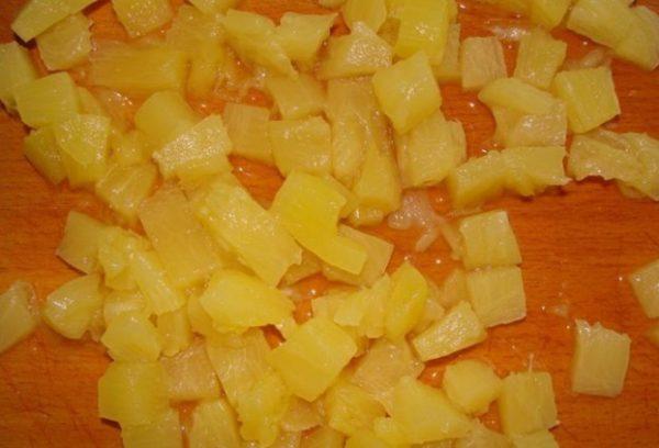 порежьте ананасы