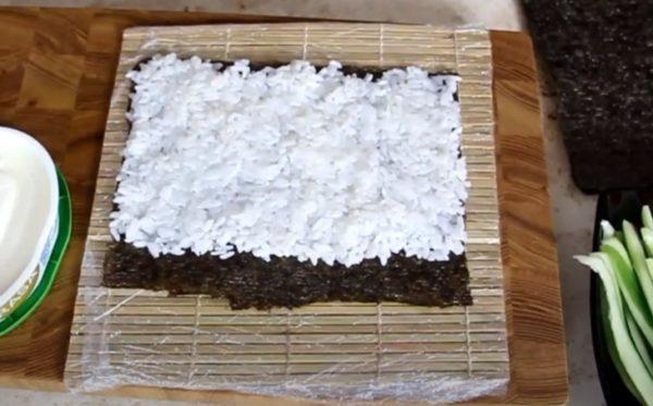 выкладываем рис на нори