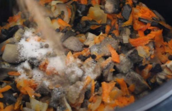 Подосиновики с овощами солим, перчим по вкусу