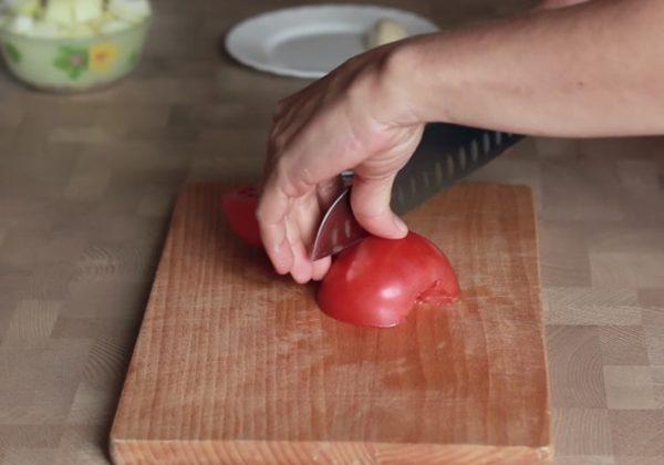 режем крупный помидор