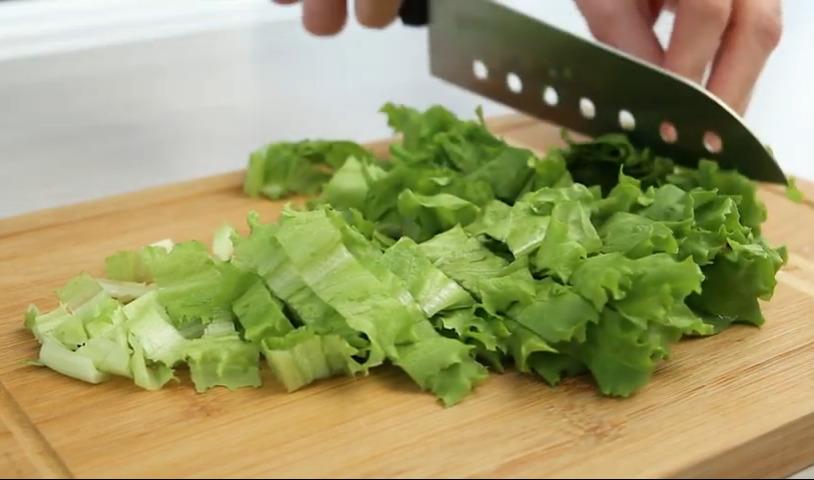 нарезаем листья салата