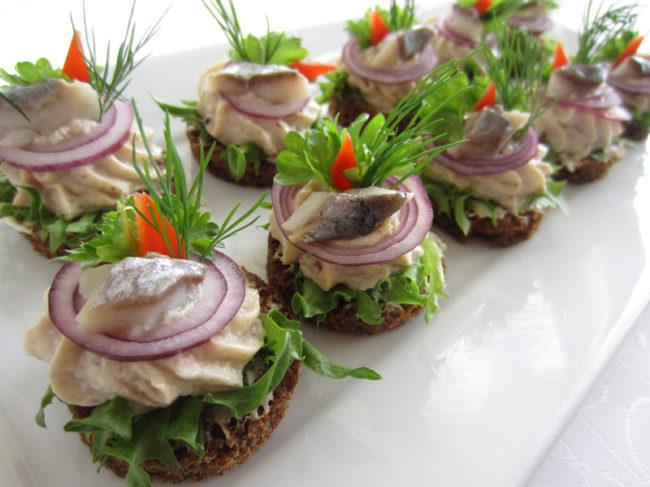 Бутерброды с селедкой на праздничный стол