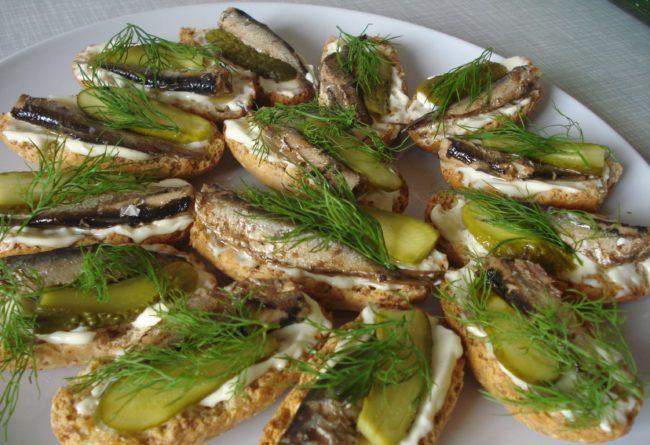 Бутерброды со шпротами на праздничный стол