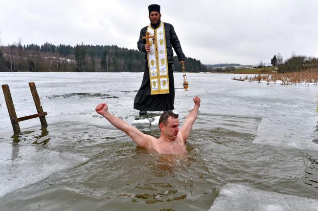 купаются в проруби на Крещение