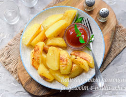 Запеченный картофель на тарелке