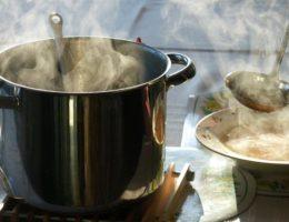 Кастрюля с горячим супом